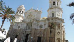 Catedral Nueva de Santa Cruz sobre el Mar de Cádiz