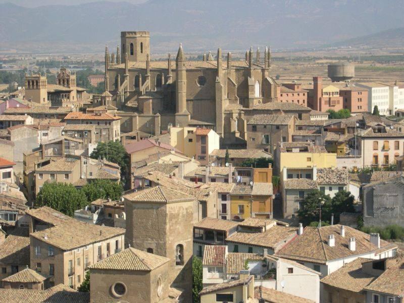 Huesca la puerta de los pirineos el lado azul oscuro for Oficina de turismo huesca
