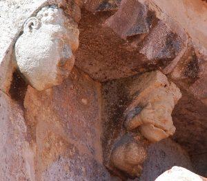 Mascarones burlones de la iglesia de San Bartolomé, en Campisábalos.